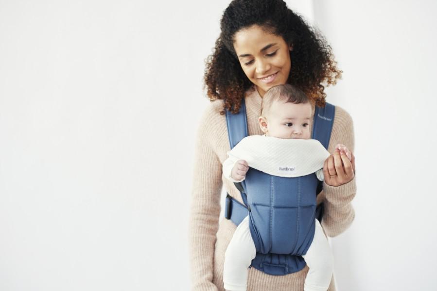 Lot de 2 bavoirs pour porte bébé Mini Blanc sur porte bébé avec maman