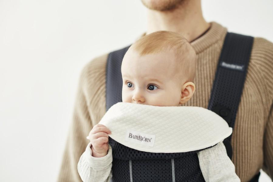 Lot de 2 bavoirs pour porte bébé Mini Blanc sur porte bébé avec papa