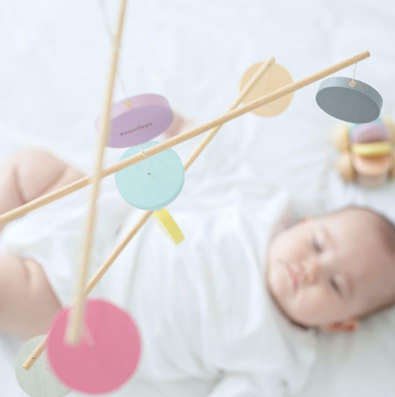 Mobile en bois pastel Plan Toys Ambiance
