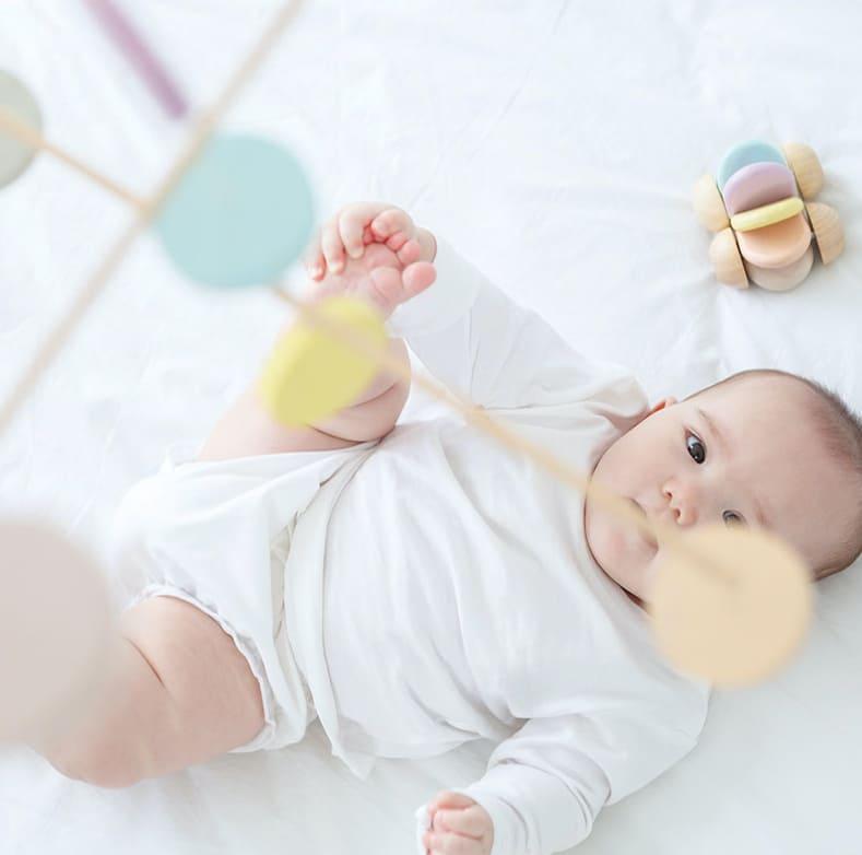 Mobile en bois pastel Plan Toys Bébé