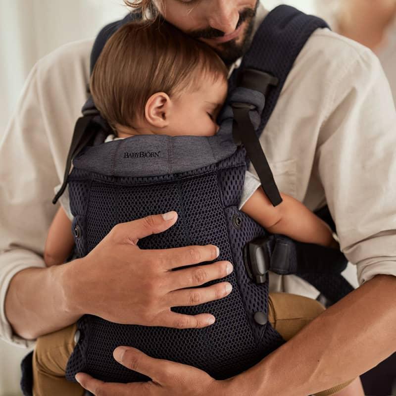 Porte-bébé Harmony Mesh 3D Anthracite BabyBjorn avec enfant
