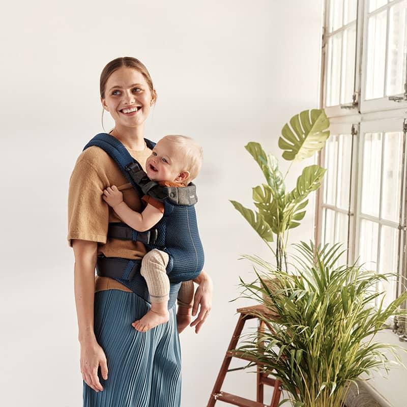 Porte-bébé Harmony Mesh 3D Bleu Marine BabyBjorn avec enfant
