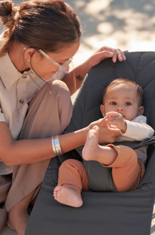 Transat Bliss Coton Pétale Babybjorn ambiance avec maman